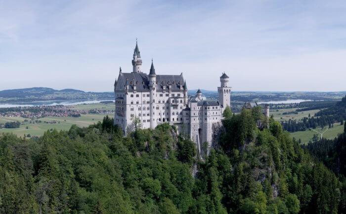 visão aérea e lateral do Castelo de Neuschwanstein