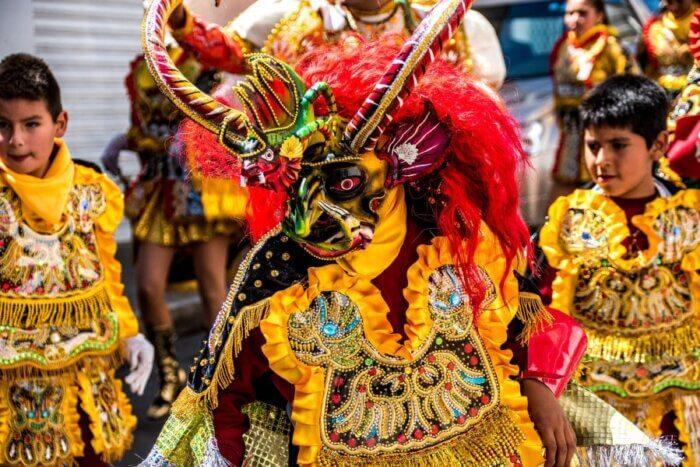 imagem de festa na bolívia, representando santa cruz de la sierra